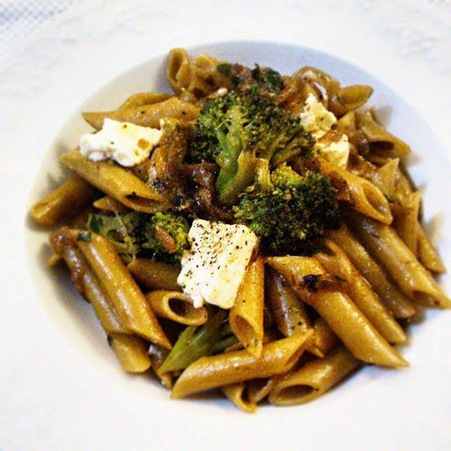 JeanneDôme: Chez Jeanne- Πέννες μαγειρεμένες σε σπιτικό ζωμό λαχανικών με καραμελωμένα κρεμμύδια, μπρόκολο και φέτα - Penne with caramelised onion, broccoli and feta cheese