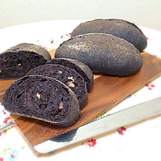 久しぶりにレーズンで酵母を起こしてのパン作り。 ピーカンナッツとドライカシス、チョコチップを入れました〜 - 46件のもぐもぐ - 自家製酵母の黒クッペ by 有山