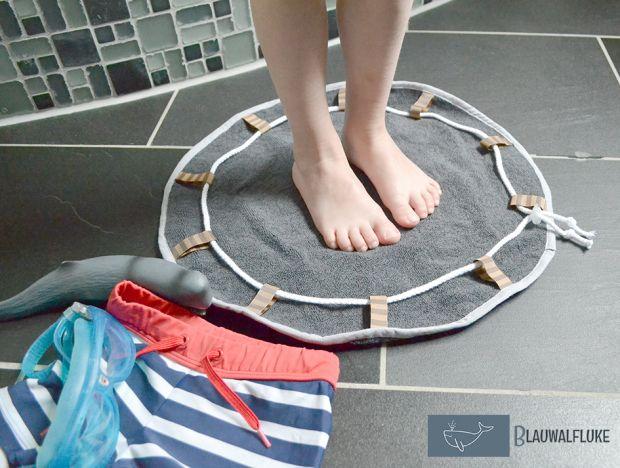 Ein Minibadeteppich für unterwegs. To go. Braucht man das wirklich? Nö, eigentlich nicht. Sieht aber trotzdem schick aus. Und wir benutzen ihn tatsächlich. Vielleicht nicht immer für die Füße, aber…