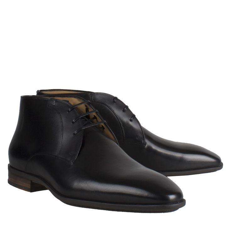 Van Bommel 10950/00 zwart leer geklede schoen  Exclusieve herenschoenen van het label Van Bommel model Van Bommel 10950/00 zwart leer. Deze geklede schoen is vervaardigd van hoogwaardig kalfsleder uitgevoerd in het zwart. Van Bommel schoenen worden op ambachtelijke wijze met de hand vervaardigd. Deze half hoge herenschoen is voorzien van een vetersluiting en een comfortabele rubberen zool. Deze derby is uitermate geschikt voor een brede voet in verband met de H breedte van de schoen.  EUR…
