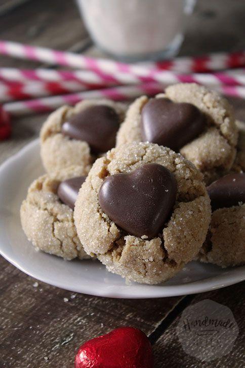 Zo vlak na de kerstdagen worden in veel winkels de kerst chocolade al snel omgeruild voor Valentijns chocolaatjes. Deze chocolade hartjes zag ik in een netje bij de Action liggen, waardoor meteen het idee voor deze koekjes geboren werd.Met mijn recept voor pindakaas koekjes en het idee van de paasei koekjes ben ik gaan testen …