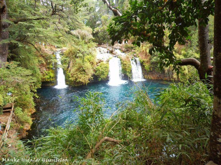 Ojos del Caburgua, La belleza del atractivo radica en sus tres caídas de agua que alcanzan una altura que varía entre los 15 y los 20 metros. Rodeada de una fantástica vegetación, es posible recorrerlo a través de pasarelas de maderas.