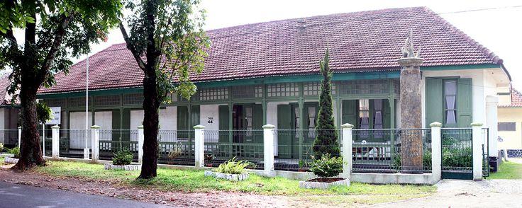 Kraamkliniek in Bandung. Daar is mijn echtgenoot geboren. Het staat er nog.