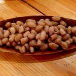 カラバッシュ - 茹でピーナッツ。日本ではドライなピーナッツが主流だが、アフリカではこれがメジャーらしい。福岡屋台バー「えびちゃん」で食べたな~
