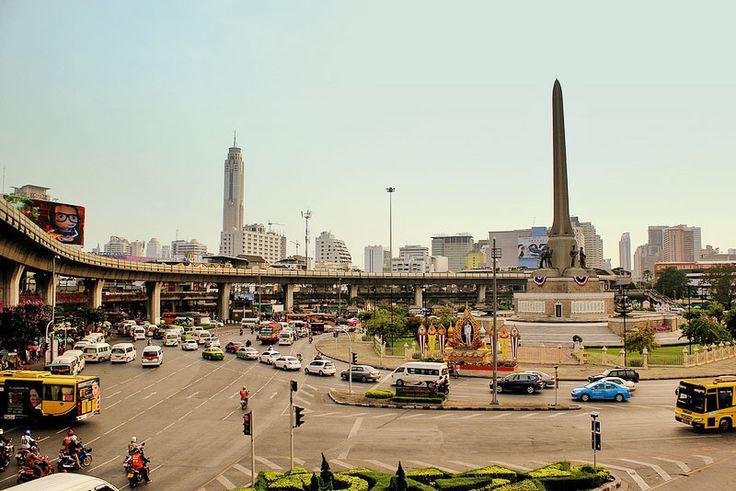 Er vertrekken zoveel minibusjes vanaf Victory Monument in de Thaise hoofdstad Bangkok, dat het regelmatig tot verkeersopstoppingen leidt. De lokale autoriteiten willen daar nu een einde aan maken.