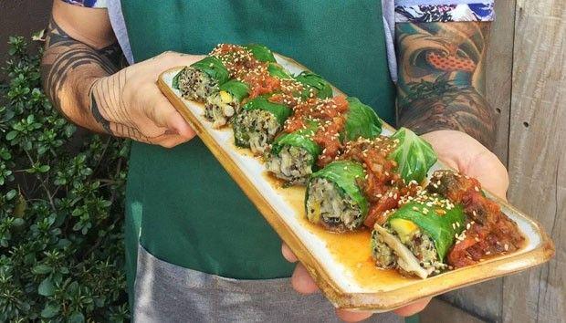 Charutos de couve com risoto de quinoa, shimeji e salsa de tomate (Foto: Simplesmente)