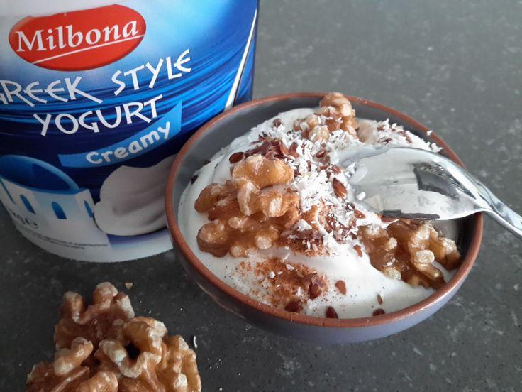 Mijn favoriete ontbijt om een mooie dag mee te beginnen? Deze koolhydraatarme Griekse yoghurt met een kraakverse zelfgebakken 3 zaden cracker.
