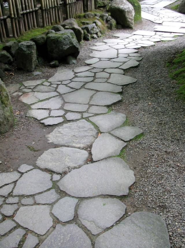 allée en dalles en pierre grise et gravier                                                                                                                                                     Plus