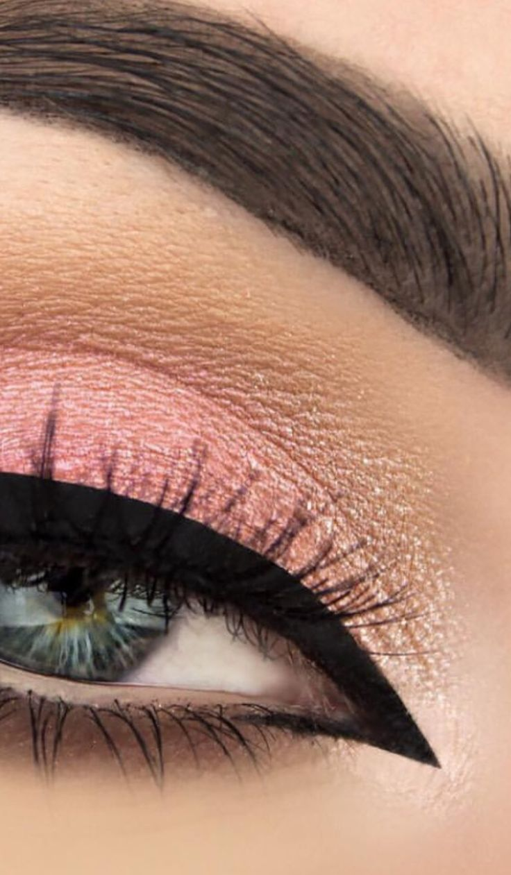 Soft pink tones and perfect eyeliner bring out the green in her eyes - | #Luxurydotcom