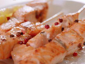 Video ricetta: Spiedini di salmone al pepe rosa : Scopri come preparare questa deliziosa ricetta. Facile, gustosa e adatta ad ogni occasione. Questo secondo ha un tempo di preparazione di 15 minuti.