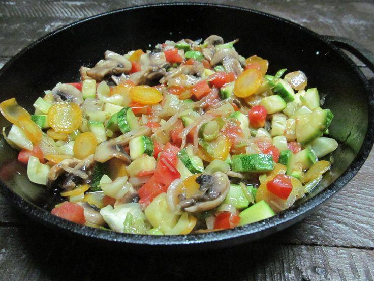 Кабачок, помидор, лук, шампиньон, морковь, перец болгарский, соль, перец черный, оливковое масло.