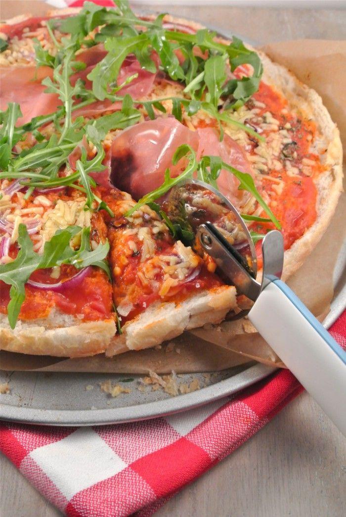 """Lekker en Snel, een """"turkse"""" pizza met parmaham en rucola. Voor de bodem hebben we een Turks brood gebruikt."""