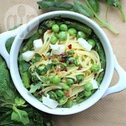 Leichte Sommer Pasta mit grünem Spargel, Erbsen und Kräutern