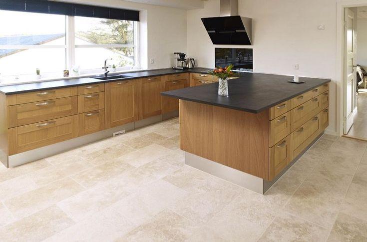 le sol travertin trouve sa place dans la cuisine en bois