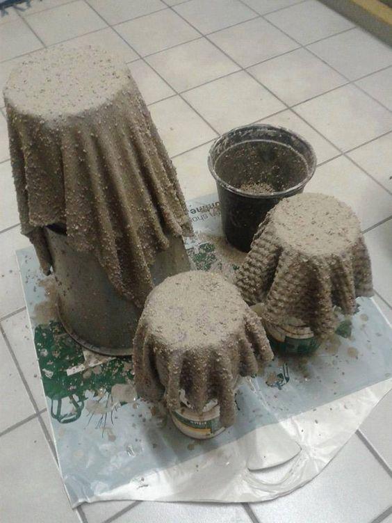 vecchi asciugamani e cemento per fare vasi per fiori