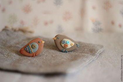Купить или заказать Теплые птички. Комплект брошей в интернет-магазине на Ярмарке Мастеров. Маленькие птички сделаны из полимерной глины в теплых оттенках: кофе с молоком, красная глина, охра, бирюза. С фактурой холста. На ощупь напоминают камушки) Каждая птичка 3.
