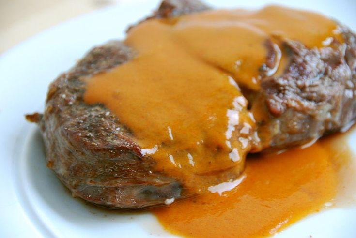 Steaksovs til bøffer skal man ikke glemme. Mange har svært ved at lave sovs til bøffer, men her følger opskriften på Guffeligufs legendariske steaksovs.