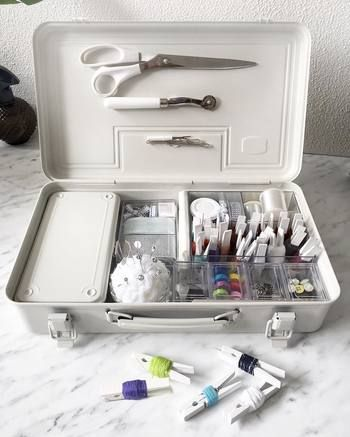 工具箱にさらに小さい工具箱を入れた収納。 仕切りなどが何もないのでアクリルケースなどで仕切るのもいいアイディアです。