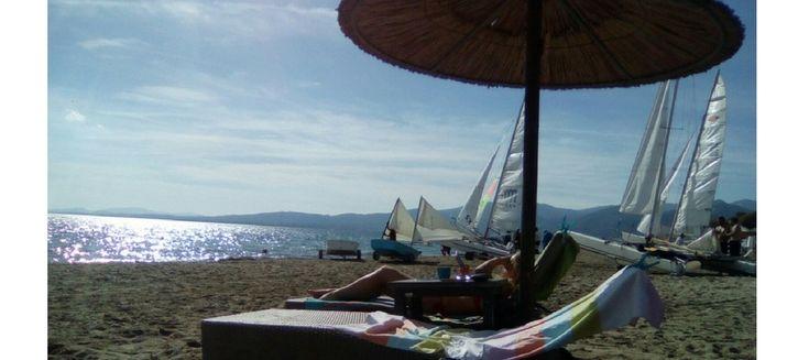 La plage de Schinias proche d'Athènes : forêt de pins, sable fin, environnement préservée et jolie vue. Nous vous proposons quelques bonnes adresses