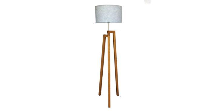 Lampara de pie diseñada exclusivamente por Forma en madera maciza