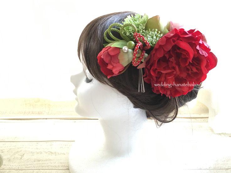 黒引き振袖用の髪飾り。 左サイドには大輪の花と蕾や組紐で。
