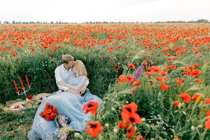 Pre-wedding shoot in a poppy field | fabmood.com