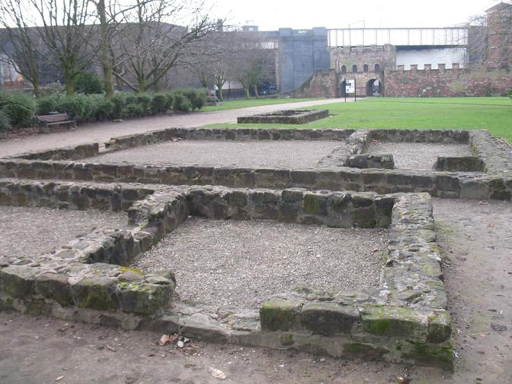 Overblijfselen van het Romeinse fort Mamucium uit 79 n. Chr. Het begin van de stad Manchester. Manchester is met ruim 450.000 inwoners de op vier na grootste stad in Engeland. De agglomeratie Greater Manchester heeft zo'n 2,6 miljoen inwoners.