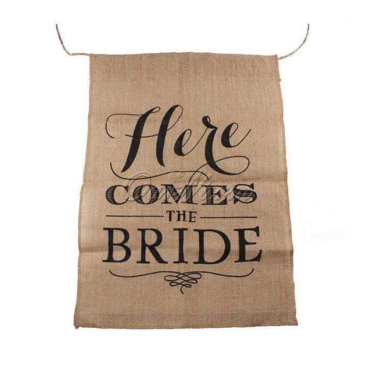 Juten Banner Here Comes the Bride -Zie je jouw bruidskinderen al aan komen lopen met deze juten banner om aan te kondigen dat jij, de bruid, er aan komt?