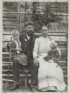 runonlaulaja Konstantin Kuokka perheineen 1908, kuva Samuli Paulaharju