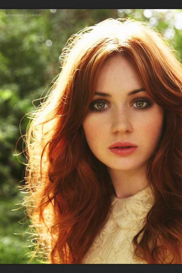 karen gillan - natural rosy lips, earthy smokey eyes, natural blush.--- I have to say, if I could choose to have different coloring, this is what I would want. Love the red hair and green eyes!