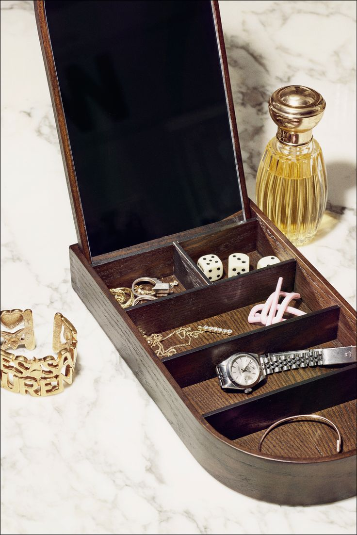 Flott smykkeskrin fra Menu i tre. Smykkeskrinet kan brukes til oppbevaring av smykker, sminke eller småting. Det innebygde speilet kan også brukes når du påfører sminke eller tar på deg smykker.