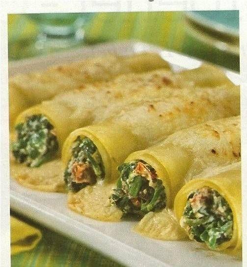 Heerlijk met verse basilicum, gehakt, zongedroogde tomaatjes, kaas en olijven.  Heerlijk om het is eens uit te proberen.