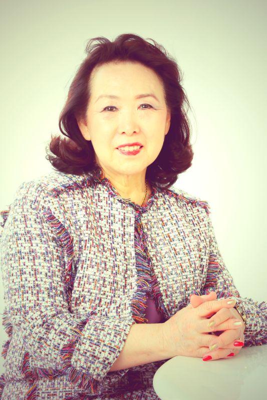 ゲスト◇片桐和子(Kazuko Katagiri) 東京音楽大学ピアノ科卒業後、ジャズ研にてジャズボーカルを学ぶ。「渡辺プロ東京音楽院」で講師を務め、その間「ジャニーズ音楽事務所」、「ヤマハ音楽振興財団」でシンガー・ソング・ライターの育成。「日本テレビ音楽学院」でポピュラー・「東京声楽専門学校」でジャズ、「NHKカルチャーセンター青山」、「NHKカルチャーセンター八王子」でポピュラーヴォーカル、「東宝 育成所」などに従事する。 並行して、ディズニ―映画、映画音楽、ミュージカル、ライブなどの作詞・訳詞を多数手掛ける。代表曲は、「マイウェイ」の訳詩、ミュージカル『アニー』のほぼすべての楽曲の訳詩を手掛け16年間に渡り歌唱指導を担当。 2016年より、日本訳詩家協会(JASTS)の会長に就任。