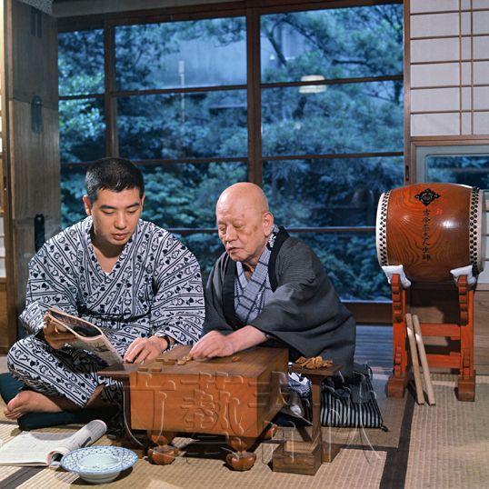 父・古今亭志ん生に将棋を教える志ん朝