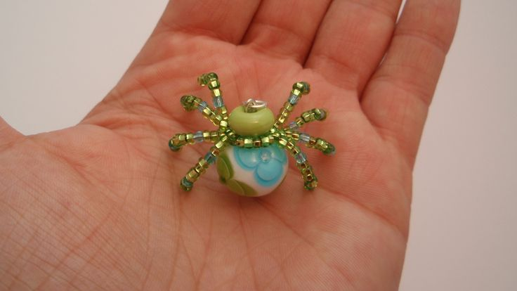 Pavoučí+štěstíčko+Pavouček+ze+skleněných+vinutých+perel+a+drobných+korálků.+Vinutky+jsou+vyrobeny+z+italského+skla.+Rozměr+tělíčka+je+cca+15x12+mm,+celkový+rozměr+je+cca+3,5+cm.+Pavouček+je+opatřen+očkem+k+zavěšení.+Dodávám+ho+v+organzovém+pytlíčku,+který+barevně+ladí+s+pavoučkem.+Pavouček+je+vhodný+jak+k+zavěšení+na+krk+nebo+jen+tak+-+pro+štěstí.