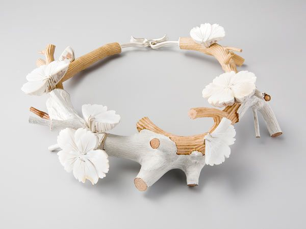 Couronne Nacré 2009. Necklace Ø 20cm.  Mother of pearl, polyester, paint, (mixed) wood, silver. Private collection by Terhi Tolvanen