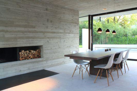 Außen und innen prägt roh belassener Sichtbeton die Erscheinung des Hauses