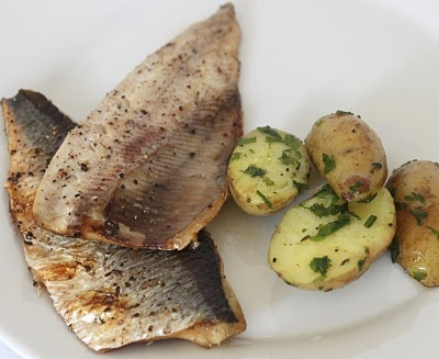 scrumbie la grătar: Grilled herring with roasted herb potatoes