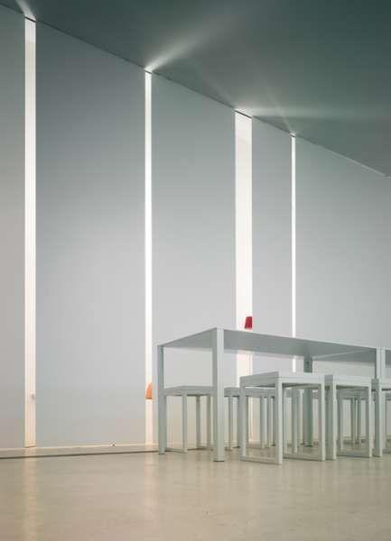094 system   Viabizzuno   es un sistema integrado en la arquitectura, ya que define sus espacios, volúmenes y superficies. puede electrificarse con varias fuentes luminosas: lámparas halógenas y de vapores de halogenuros, disponibles en los colores negro y blanco; fluorescentes para crear una línea de luz continua y sistemas para luz de emergencia. ideado para varias soluciones arquitectónicas, sugiere no sólo nuevos modos de dibujar el espacio con la luz, sino permite también ajustar las