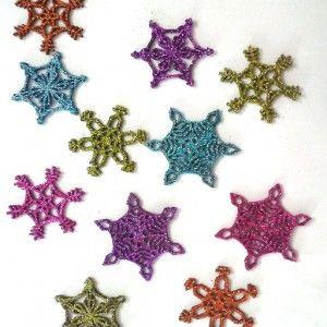 Hermosos apliques navideño en diferentes formas que simulan las figuras geométricas creadas por los cristales de un copo de nieve. Ideales para decoración navideña. Colores brillantes con glitter.
