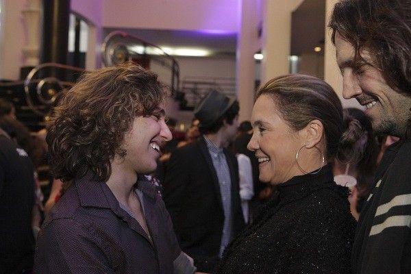 Tom recebe o carinho da madrinha, Adriana Esteves e do ator Vladimir Brichta, marido dela, depois da sessão (Foto: Divulgação)