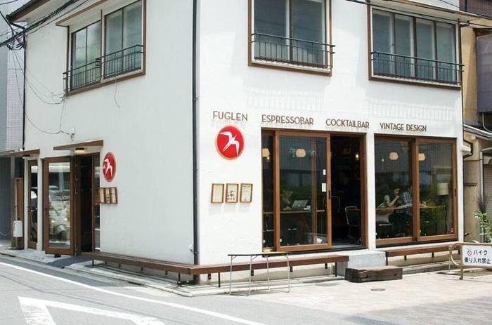 """Fuglen Tokyoはノルウェーに本店があり、海外の一号店として、ここ""""奥渋""""エリアにオープンしたカフェです。北欧と言えば素敵なインテリアで有名ですが、もちろん店内も北欧スタイルのインテリア仕様で、コーヒーだけでなく心地よい居心地も感じられる空間になっています。昼間はカフェで、夜はバーとして営業をしています。"""