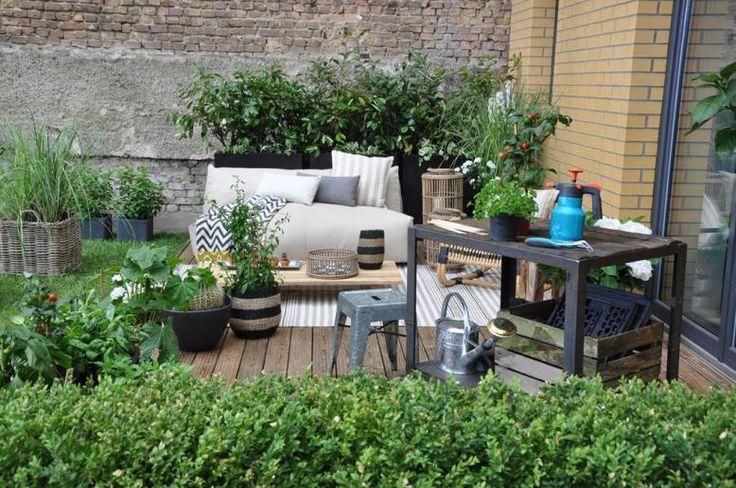 coole Terrasse mit schönen Gartenmöbeln in Industriellen Look.