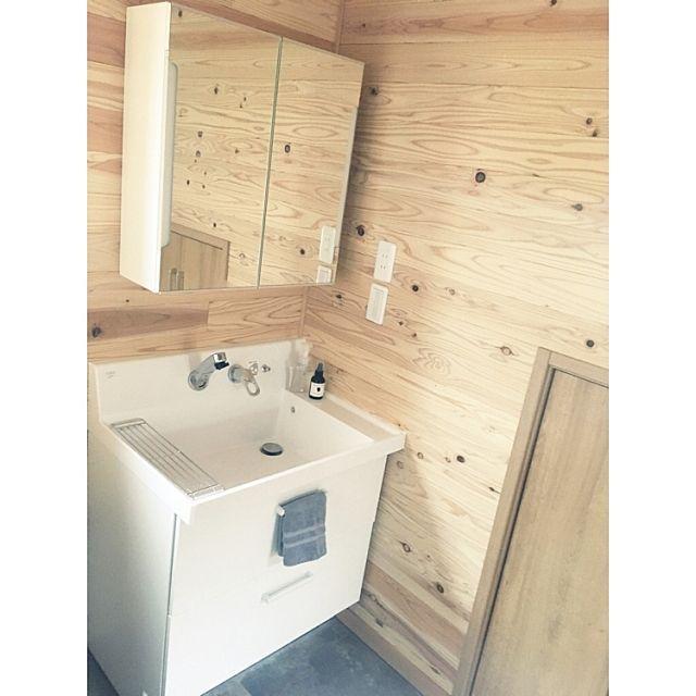 女性で、4LDKの木張り/リクシル/サンゲツ/フロアタイル/木の家/IKEA…などについてのインテリア実例を紹介。「洗面台は、IKEAのミラーとリクシルのピアラを使用しています。 右端の扉は階段下収納です。 ピアラの二段引き出しに洗剤などを入れています。」(この写真は 2017-05-10 08:45:39 に共有されました)