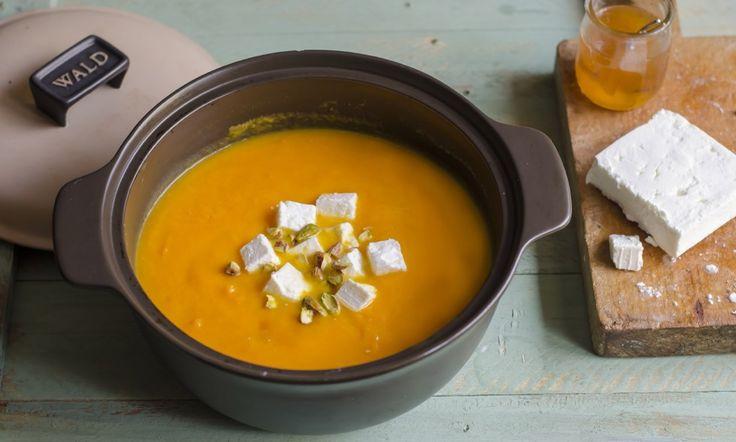 Zuppa speziata di zucca e carote con feta, miele e pistacchi ricetta