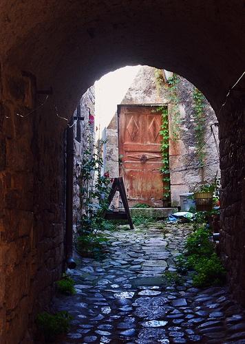 Lozère, gorges du Tarn, Sainte Énimie Séjour découverte à 2 ou en famille entre Lozère et Aveyron.  #séjour en Lozère à L'hôtel Les 2 Rives #Séjour à 2 en Languedoc Roussillon