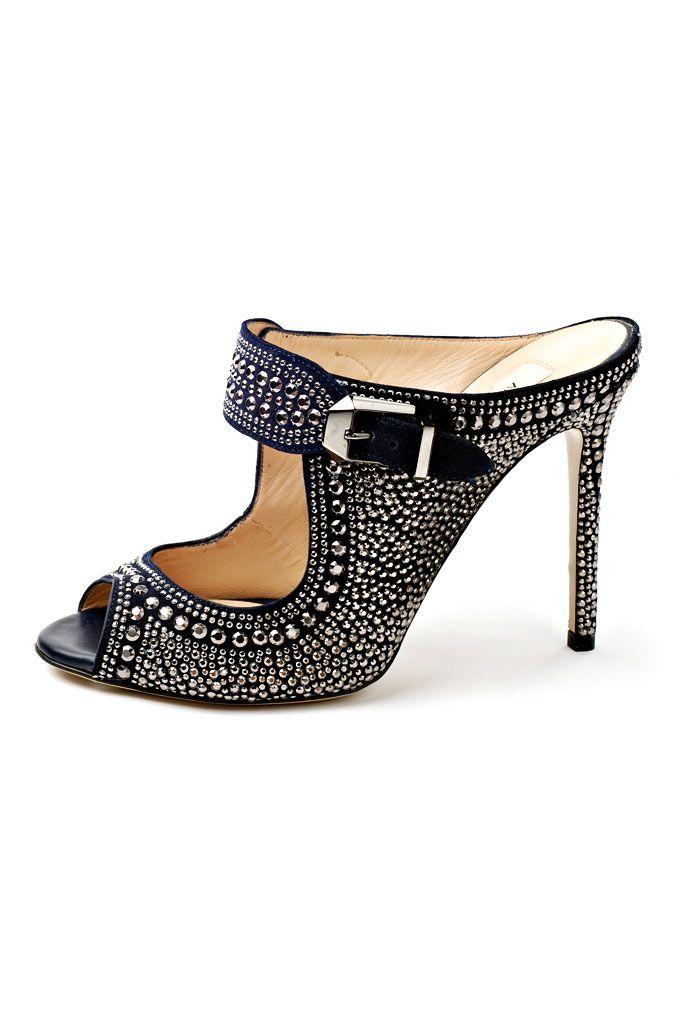 Valentino. Imáginemonos esas piernas embutidas en unos pantalones gris antracita, esas perneras pitillo y al final estos zapatos. Uffffff! !!! Mo Chic.