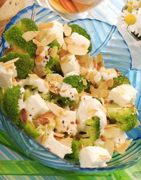Sałatka z brokułów z fetą i migdałami.