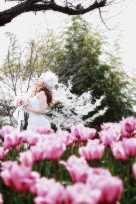 花畑での結婚フォト2012.04.10 大阪府大阪市のとあるロケ地で洋装ロケーションウェディング。春の花畑ロケはシャッターチャンスがたくさんあります。大阪府大阪市の【洋装】ウェディングフォト   結婚写真、フォトウェディングのロケーション撮影ならLOCAKON【ロケ婚】