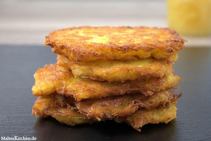Leckere und goldbraun ausgebackenen Reibekuchen nach einem Rezept von Tim Mälzer. An die Reibekuchen kommt Kartoffeln, Zwiebeln und Ei, Salz und Pfeffer. Gebraten werden sie in Butterschmalz.